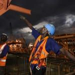Ouvrier pendant le ferraillage d'un caisson de nuit