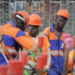 Ouvriers en activité sur le chantier
